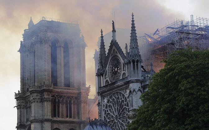 Пожар в соборе Парижской Богоматери.