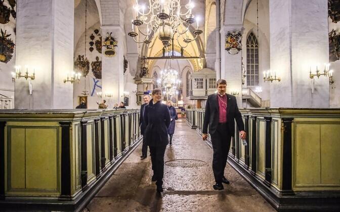 Peapiiskop Urmas Viilma president Kersti Kaljulaidile Tallinna Toomkirikut tutvustamas.