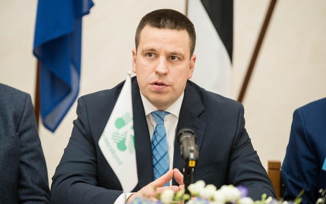 Jüri Ratas koalitsioonileppe allkirjastamisel.