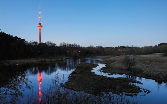 Таллиннская телебашня окрасилась в красный цвет по случаю дня борьбы с гемофилией.