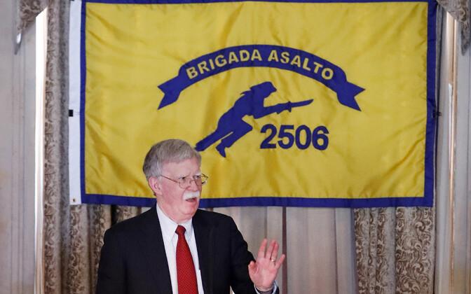 John Bolton Floridas Coral Gablesis Sigade lahe invasiooni veteranide ühenduse ruumes Kuuba piiranguid välja kuulutamas.