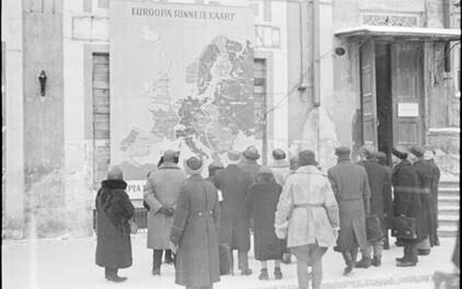 Rahvas uudistamas Teise maailmasõja rinnete kaarti Tallinnas Raekoja platsil.