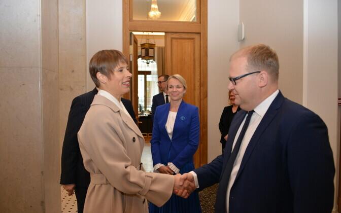 President Kersti Kaljulaid ja endine välisminister Urmas Paet Moskvas renoveeritud Eesti saatkonda avamas