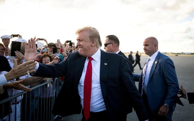 Lihavõttepühadeks Floridasse saabunud Donald Trump Palm Beachi lennujaamas toetajaid tervitamas.