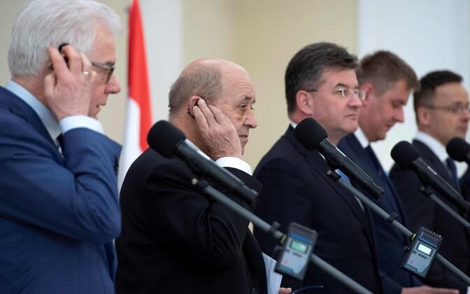 Prantsuse välisminister Jean-Yves Le Drian ja Visegradi nelik.