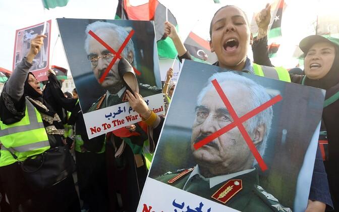 Meeleavaldajad Tripolis Haftari piltidega.