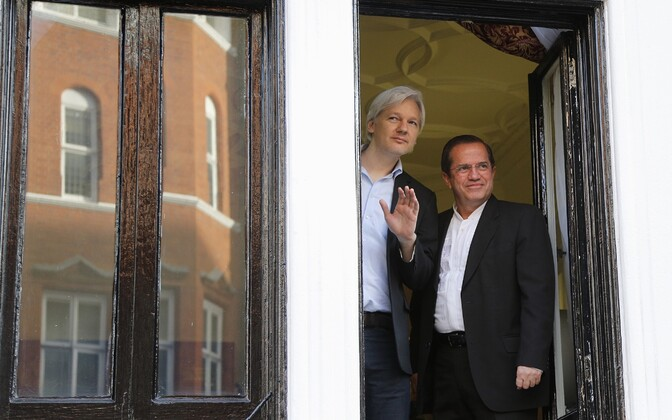 Julian Assange ja Ricardo Patino Ecuadori Londoni saatkonna aknal.