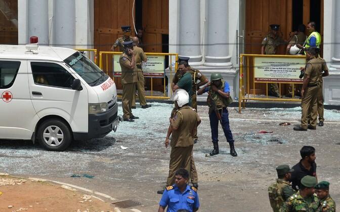 Полиция Шри-Ланки на месте одного из взрывов.