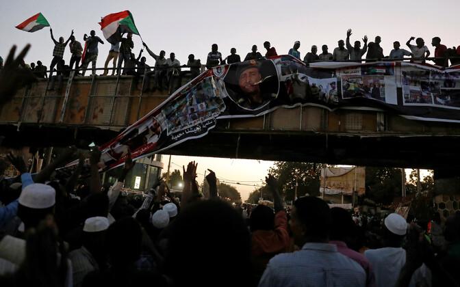 Meeleavaldajad rebimas maha Abdel Fattah Al-Burhani plakatit.