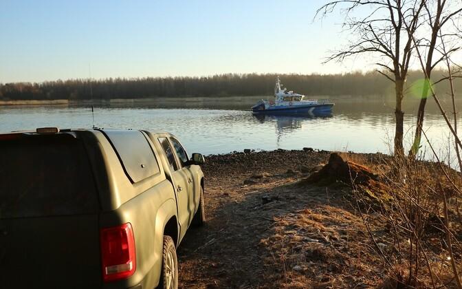 Sündmuskoht Narva jõe ääres.