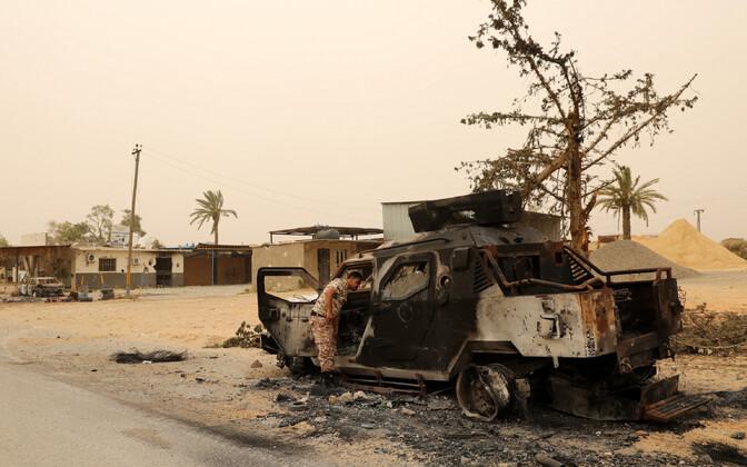 Põlenud militaarsõiduk Tripoli lähistel.