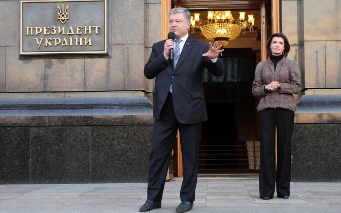 Petro Porošenko 22. aprillil koos abikaasaga presidendi ametihoone ees.