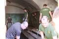 Британские военные помогли убрать территорию Батарейной тюрьмы.