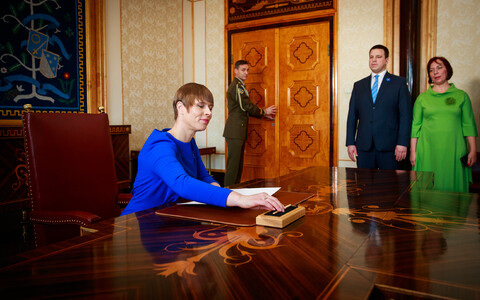 President Kaljulaid signing-in the new coalition on Wednesday, as Prime Minister Jüri Ratas and education minister Mailis Reps (both Centre) look on. Will financial pressures in realising its agreement promises hinder the 100 hate-free days she requests?