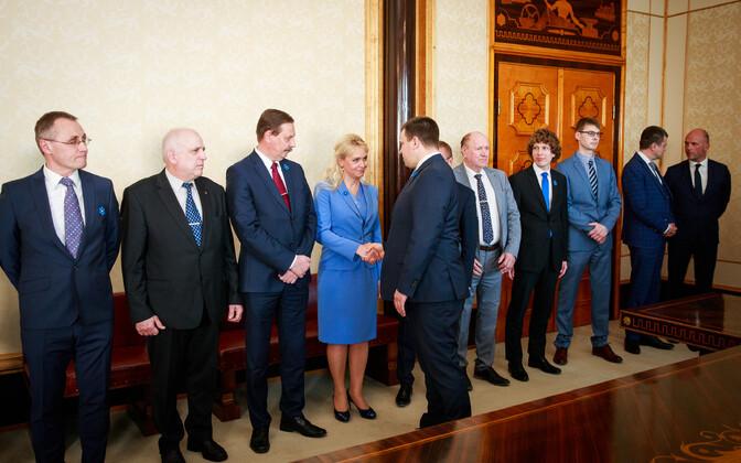 Президент Керсти Кальюлайд утвердила новое правительство Юри Ратаса в должности.