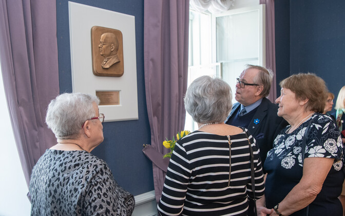 Guests looking at the bas-relief of Otto August Strandman in the newly dedicated conference room at the Riigikogu on Wednesday. 24 April 2019.