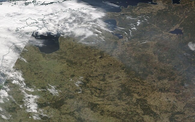 На спутниковых снимках NASA видно движение дыма из России и Белоруссии в направлении Эстонии.
