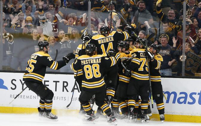 Boston Bruinsi mängijad võitu tähistamas.