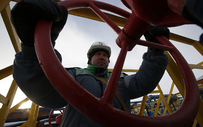 Tööline naftatoru juures.
