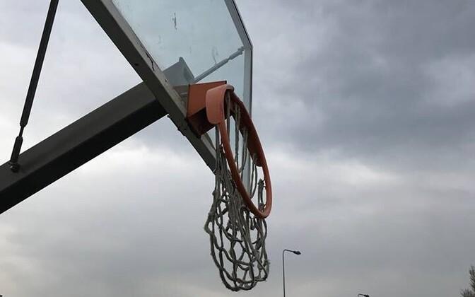 Сломанное баскетбольное кольцо в парке Паэ.
