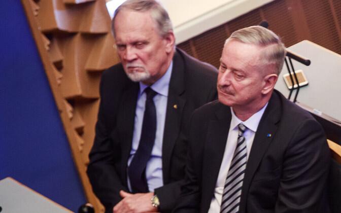 Kalev Kallo (vasakul) riigikogu avaistungil.