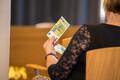 В конце мая в обращение поступят новые банкноты номиналом в 100 и 200 евро.