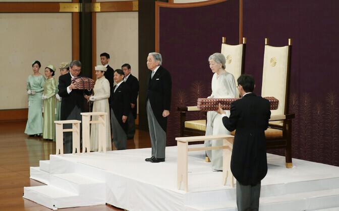 Император Японии Акихито с супругой на церемонии отказа от престола.