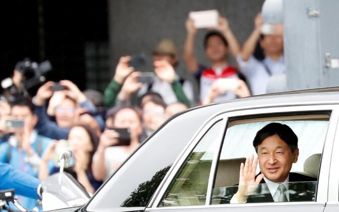 Jaapani uus keiser Naruhito saabumas oma paleesse.