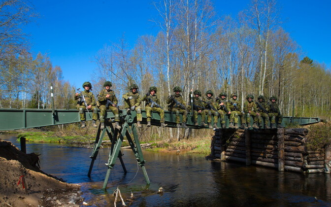 Pioneeripataljoni võitlejad rajasid silla üle Valgejõe.