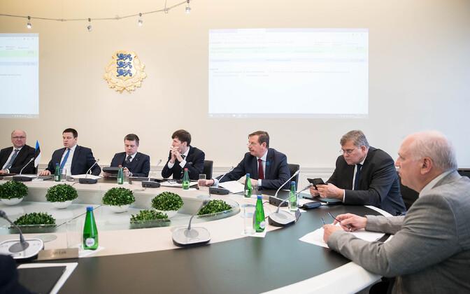 Valitsus esimesel istungil.