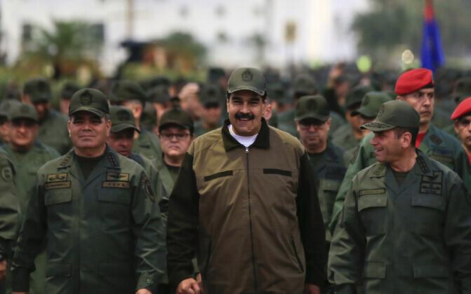 Venezuela president Nicolas Maduro koos sõjaväelastega.