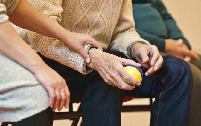 Parkinsoni tõve puhul võivad muutuda tavalised tegevused, nagu näiteks riietumine ja söömine, tunduvalt raskemaks.