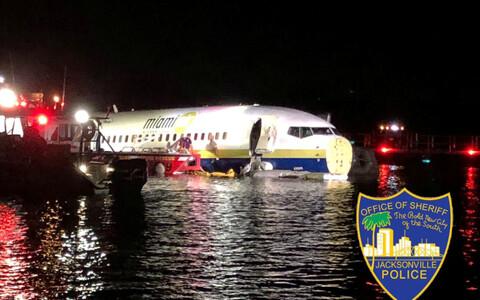 Самолет Boeing 737, на борту которого были 136 человек, при посадке выкатился за пределы ВПП и упал в реку близ города Джексонвилл (штат Флорида).