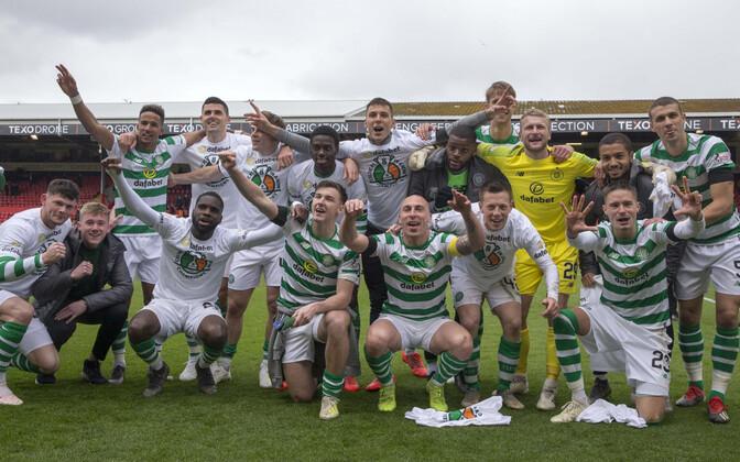 Celticu mängijad võitu ja meistritiitlit tähistamas.
