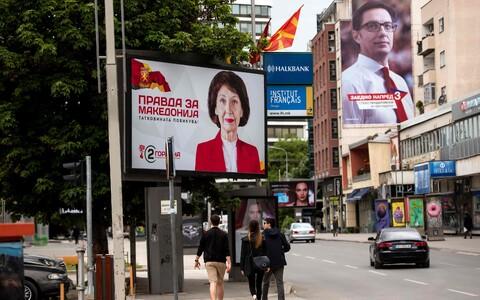 Гордана Силяновска-Давкова и Стево Пендаровский обращаются к избирателям с плакатов.