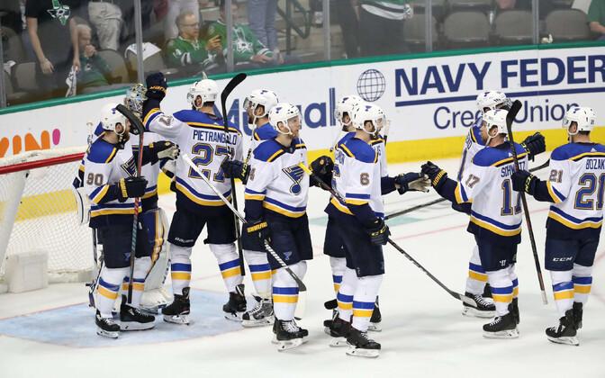 St. Louis Bluesi mängijad võitu tähistamas.
