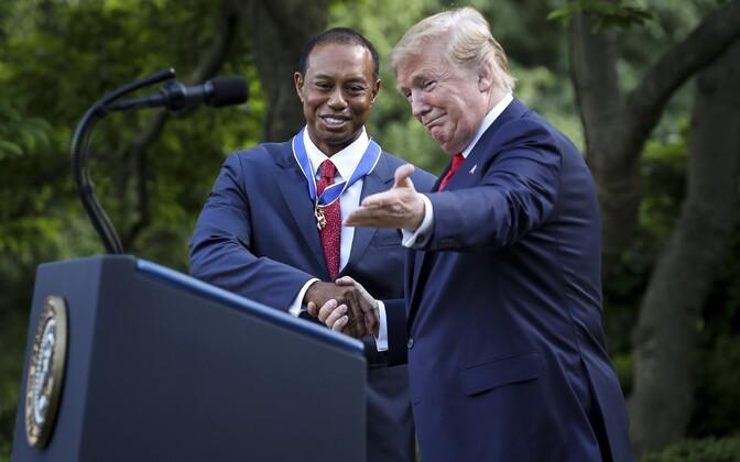 President Donald Trump 6. mail Valge Maja roosiaias golfimängija Tiger Woodsile riiklikku aumärki üle andmas.