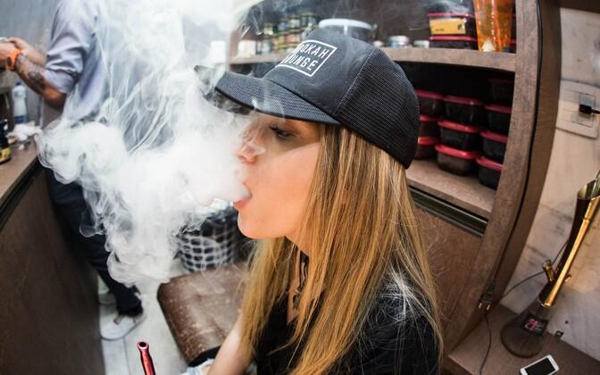 Примерно половина попробовавших курить подростков начинала с электронных сигарет. Иллюстративная фотография.