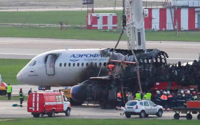 Õnnetusse sattunud lennuk veeti lennuväljalt minema.