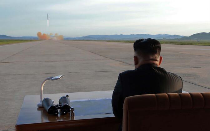 Põhja-Korea liider Kim Jong-un raketikatsetust jälgimas, arhiivifoto.