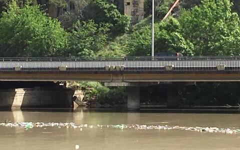 В Тбилиси идет очистка реки Мтквари от мусора.