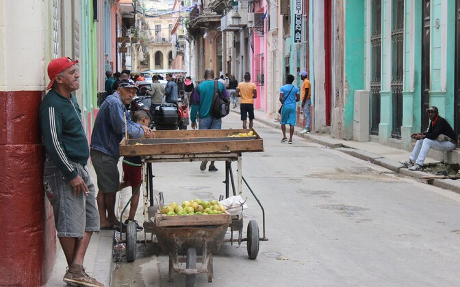 Tänavakauplejad Havannas.