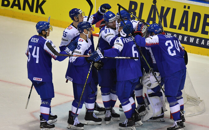 Slovakkia jäähokikoondis võitu tähistamas.