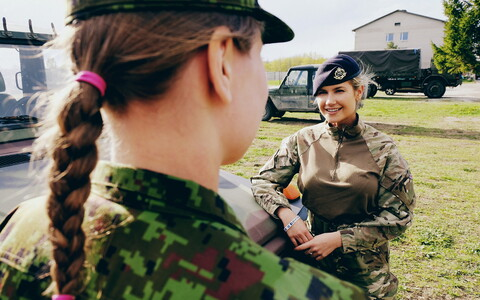 Cpl. Natalya talking to a colleague from the Estonian Defence Forces (EDF) in Jõhvi during Spring Storm. May 8, 2019.