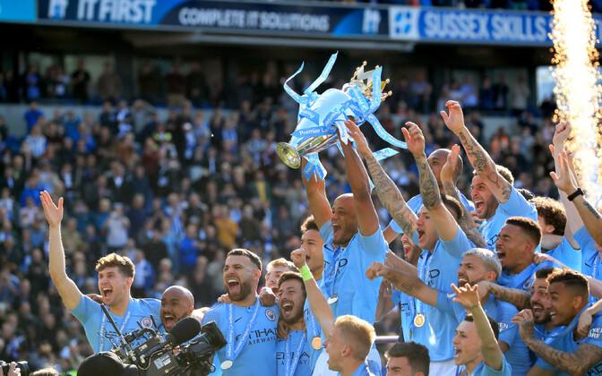 Manchester City mängijad võidukarikaga.
