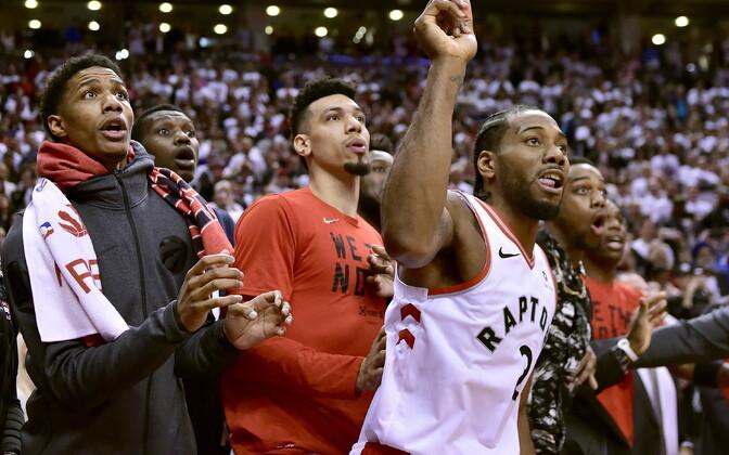 Kawhi Leonard ja teised Toronto Raptorsi mängijad ootamas, kas lõpusireeniga teele saadetud vise põrkab sisse või mitte