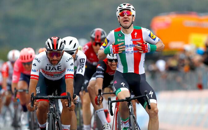 Fernando Gaviria ja disklahvi saanud Elia Viviani Giro kolmanda etapi finišis