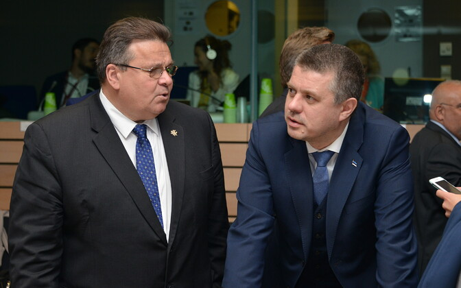 Minister of Foreign Affairs Urmas Reinsalu (Isamaa) with Lithuanian colleague Linas Linkevičius (left) at the Foreign Affairs Council in Brussels on Monday. May 13, 2019.