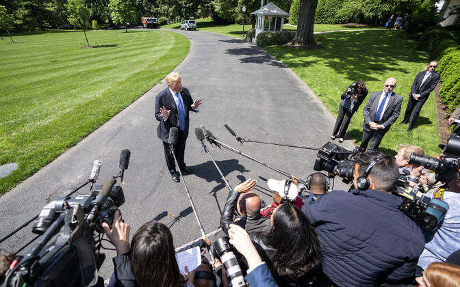 USA president Donald Trump Valge Maja juures küsimustele vastamas.