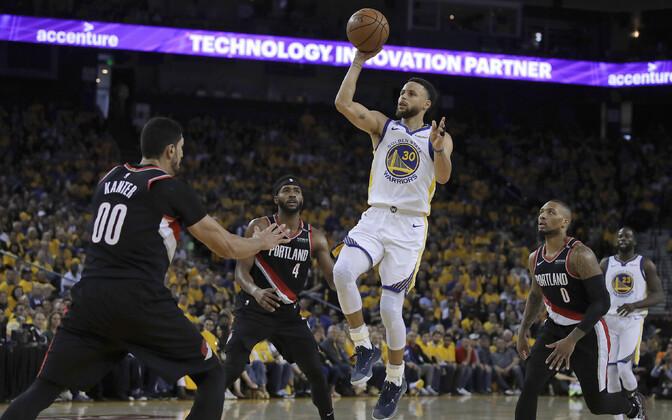 Stephen Curry (palliga) mängus Portlandi vastu